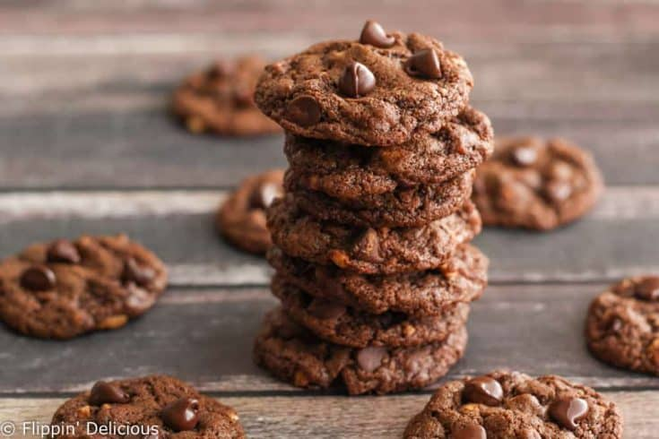 Gluten Free Flourless chocolate peanut cookies. Just 5 ingredients (plus salt) to make these chewy flourless peanut butter cookies with chocolate chips. flippindelicious.com #flourlesscookies #peanutbuttercookies #glutenfreebaking #glutenfree #glutenfreerecipes